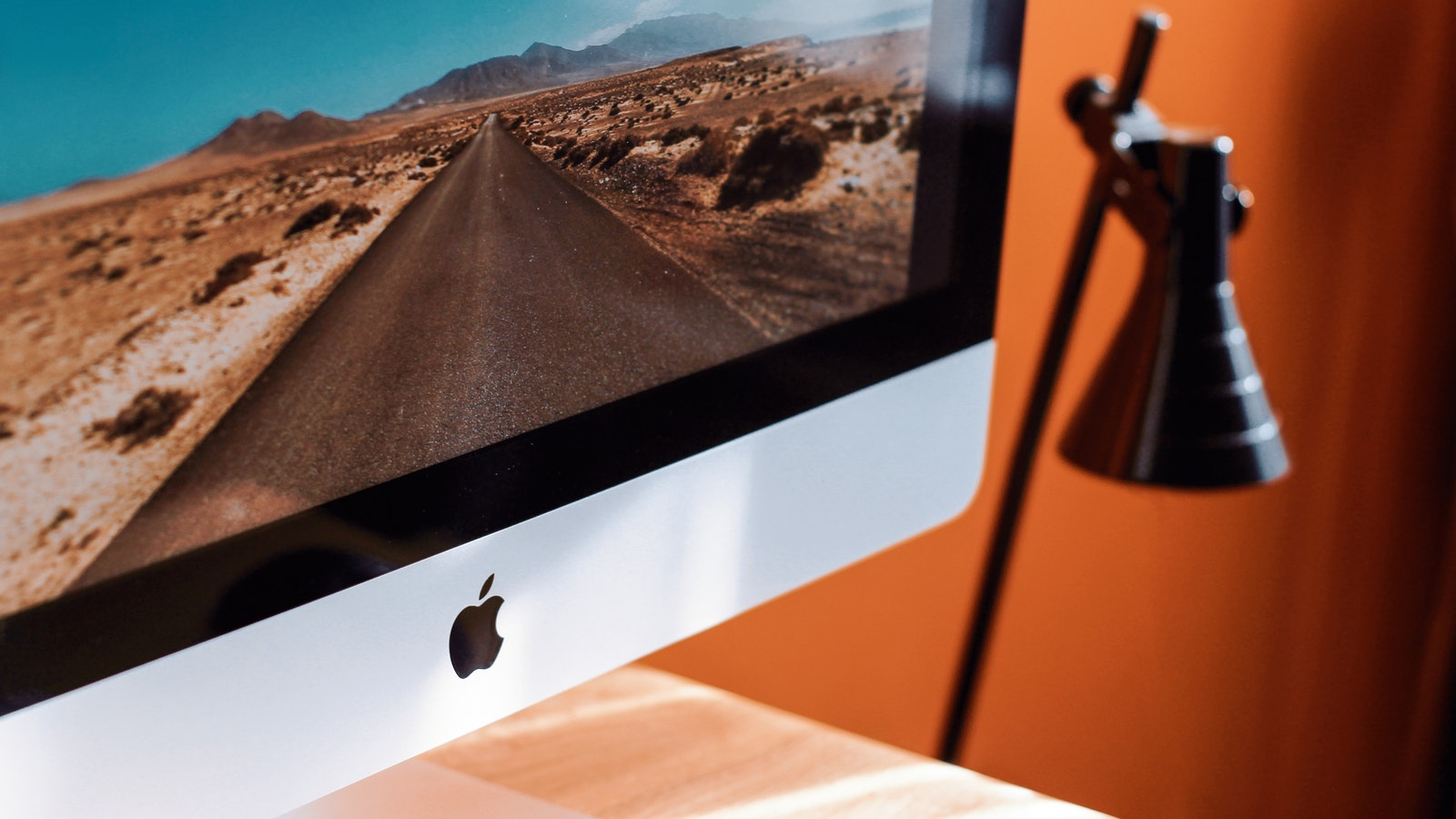 close-up-photography-of-imac-turned-on-1034650